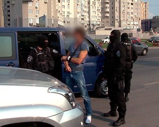 Сутенера задержали на обочине дороги. Фото - управления МВД Украины