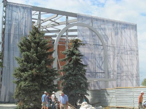 Строительство стеклянного куба над Историческим музеем временно  остановили.