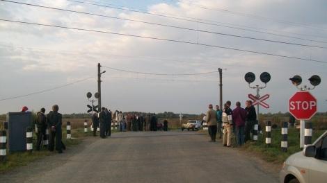 Таксист выехал на переезд, несмотря на запрещающий сигнал. Фото: пресс-служба Львовской железной дороги.