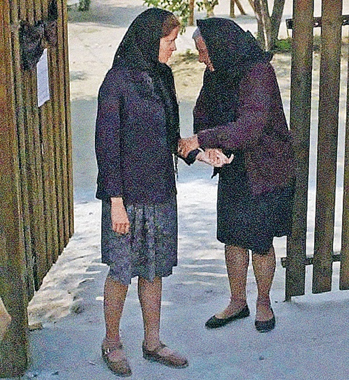 Яковлеву (справа) для роли пожилой Вангелии гримировали по пять часов в день. Фото: Евгения ГУСЕВА