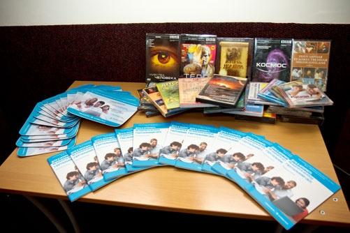 Школа получила в подарок образовательную библиотеку и литературу, обучающую детей правильному поведению в сети.
