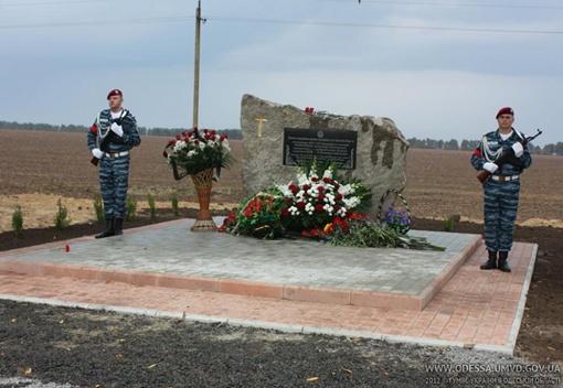 Монумент открыли на месте схватки милиционеров с бандитами. Фото Пресс-службы МВД Одессы