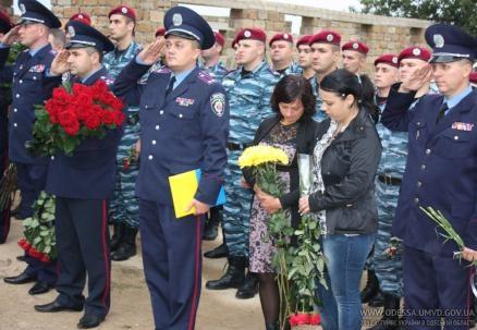 На церемонию пришли родные погибших и все руководство Одесской милиции. Фото Пресс-службы МВД Одессы