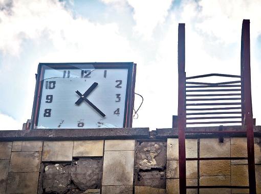 Часы на крыше бассейна