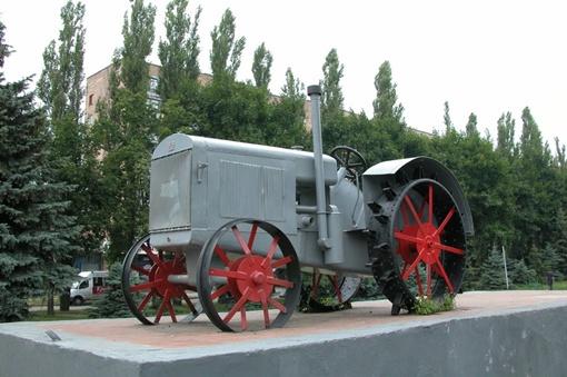 Легендарный СХТЗ-15/30 делался целиком из железа, даже колеса были из металла.