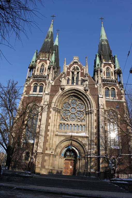 Высота костела  85 метров.