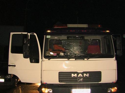 От удара у машины треснуло стекло. Фото: 056.ua.