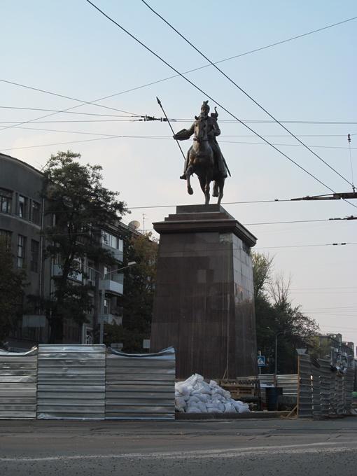 Скульптуру легендарного казака Харько обещают привести в полный порядок к концу недели.Фото автора и Юрия Зиненко.