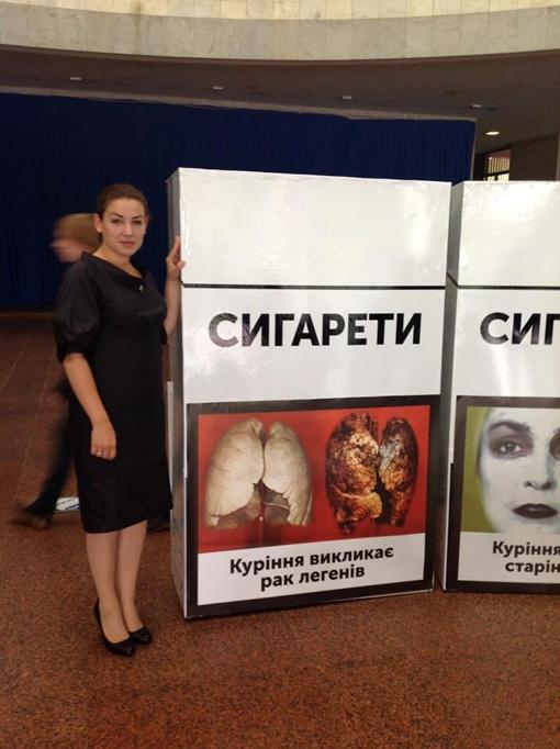 Инициатор закона, Леся Оробец, с новыми пачками. Фото из facebook Леси Оробец