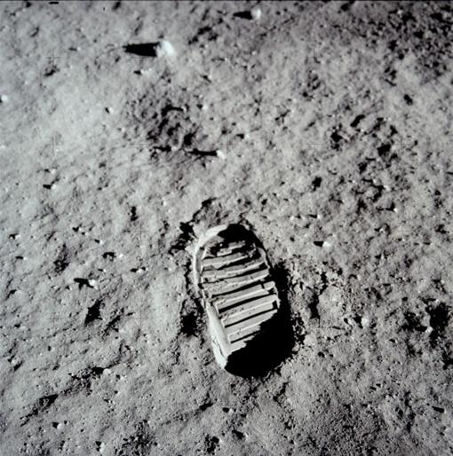 Следы, оставленные американским астрономом Баззом Олдрином (Buzz Aldrin) в ходе миссии Апполо 2. Снимок был сделан 21 июля 1969 года. Нил Армстронг и Базз Олдрин – первые люди, ступившие на поверхность Луны. Фото НАСА