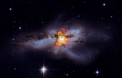 Черная дыра разрывает связь между двумя звездами и отбрасывает одну из них на сверхскорости в другую часть галактики в то время, как поглощает оставшуюся. Фото НАСА