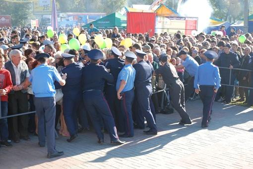 Милиция всеми силами пыталась сдержать атаку сладкоежек. Фото автора