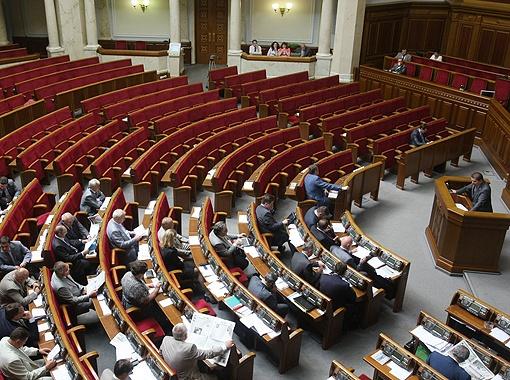 Сессия проходит в полупустом зале... Адам Мартынюк считает, что для теперешней Верховной Рады - это обычное дело, потому что многие депутаты воспринимают свою работу как совместительство и пропускают заседания.