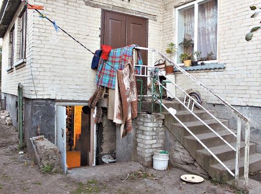 В этом доме Ярослав жил до того, как уехал вместе с семьей в Киев.