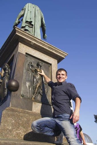 На неделю памятник оградили забором. Фото Алексея Кравцова.