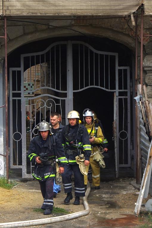 Пламя охватило первый этаж памятника архитектуры Фото Алексей Кравцова