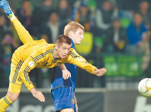 Украинец Евгений Хачериди пролетает мимо победного результата. Как и вся сборная Украины. Фото с официального сайта uefa.com.