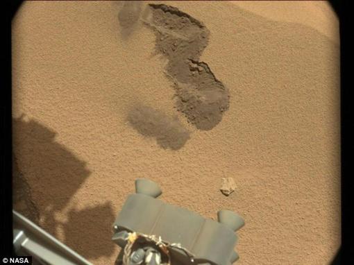 Марсоход копнул совком два раза - видны следы. Придется копать и третий раз Фото: NASA/JPL-Caltech