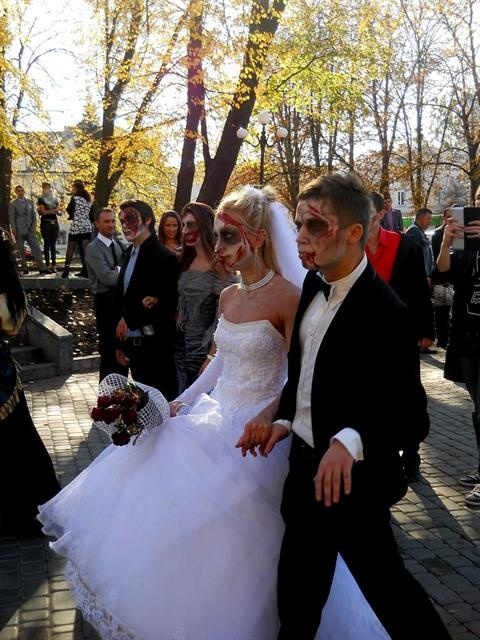 Жених и невеста прекрасно вошли в роль. Фото со страницы Алечки Пилипенко