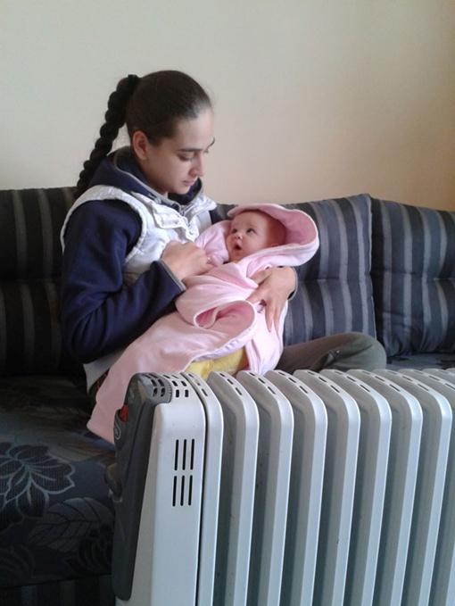Екатерина со своей 6месячной дочкой вынуждена целыми днями сидеть у калорифера. Фото автора.