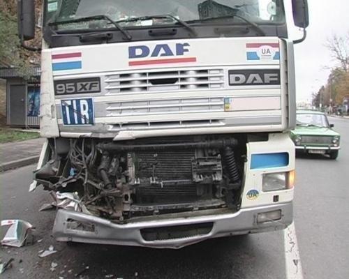 В Киеве грузовик, потеряв управление, протаранил фуру