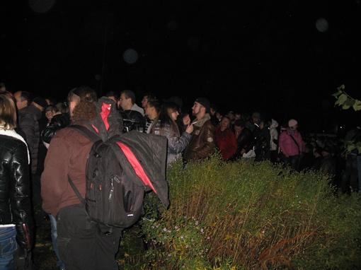 Перед входом толпились тысячи фанатов. Фото автора