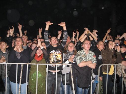 Фанатский экстаз передался даже самым серьезным поклонникам рока. Фото автора