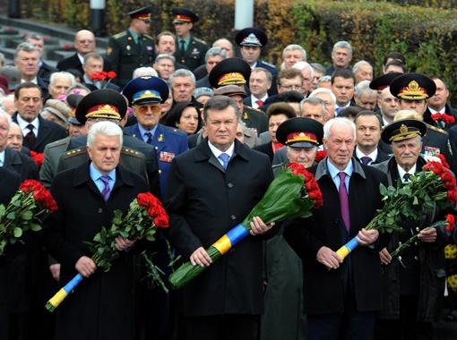 Руководители страны принесли букеты красных роз к могиле Неизвестного солдата в парк Славы. Фото: УНИАН.