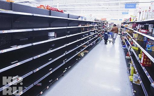 Жители города смели все с полок магазинов Фото: REUTERS