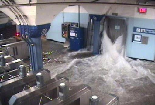 Тоннели нью-йоркского метрополитена на ветках, соединяющих Манхэттен с Квинсом, оказались затоплены в результате наводнения, вызванного ураганом, сообщил в ночном телеобращении к горожанам мэр Нью-Йорка Майкл Блумберг. По его словам, уровень воды в районе Бэттери-парка поднялся почти на четыре метра, что стало беспрецедентно рекордным в истории города. Фото: Рейтерс