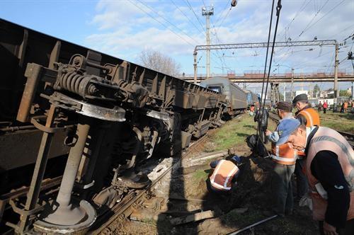 Железнодорожники готовят перевернувшийся состав к поднятию. Фото Павел ВЕСЕЛКОВ.