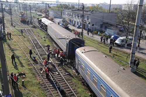 Пассажиров из четырех последних вагонов, пересадили в другие и отправили в Крым. Фото Павел ВЕСЕЛКОВ.