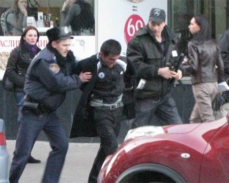 Парня скрутили и увезли в участок. Фото с сайта objectiv.tv.