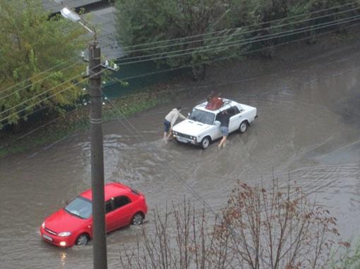 Люди пытались завести заглохшее авто на Таирова. Фото из соцсетей