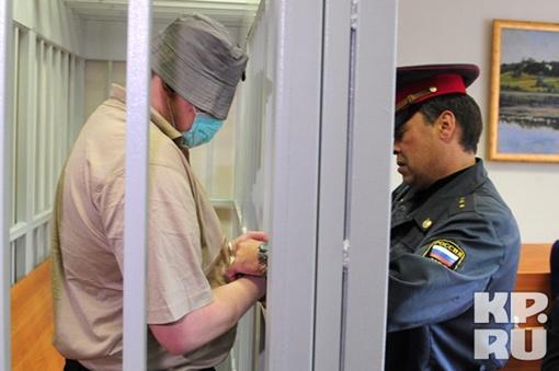 На судебных заседаниях Крестов по-максимуму прятал свое лицо.   Фото: Сергей ШАХИДЖАНЯН