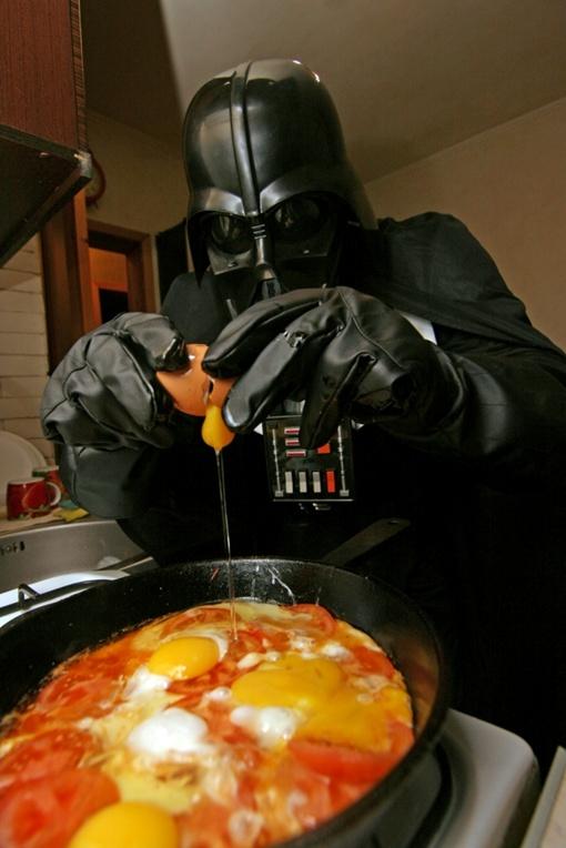На кухне готовит яичницу