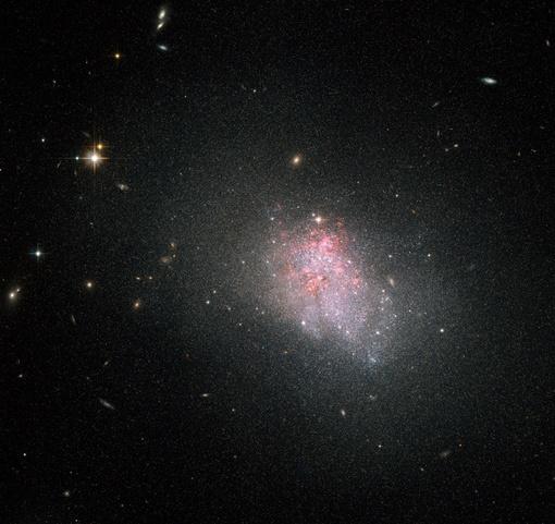 Голубые компактные карликовые галактики могут иметь довольно маленькие размеры. Фото: NASA and The Hubble Heritage Team