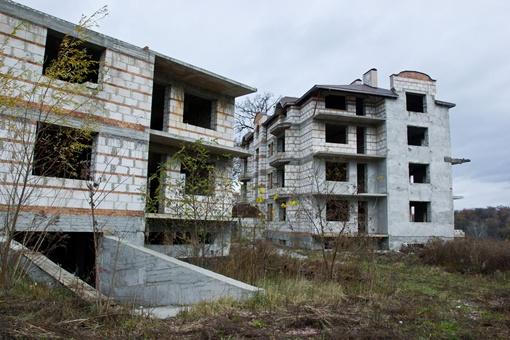 Недостроенный дом находится недалеко от того места, где нашли труп. Фото Олега Терещенко