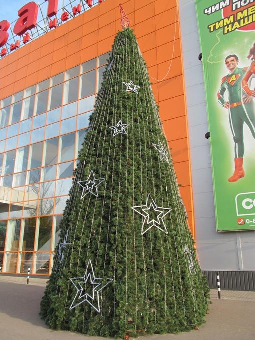 Новогоднее дерево у супермаркета в районе ХТЗ появилось в первых числах ноября. Фото автора.