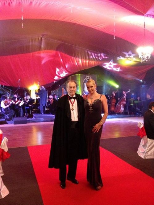 На балу Настя встретила своего старинного знакомого графа Шереметьева. Фото: Твиттер Волочковой.