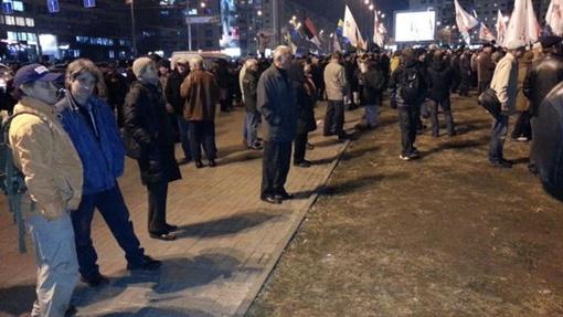 Люди слушают выступление Арсения Яценюка. Фото очевидцев из твиттера Виталия Манько.