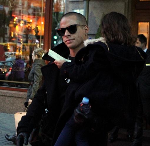 Дочку Эмму в машину отнес бойфренд Джей Ло – Каспер. Фото Павла ДАЦКОВСКОГО