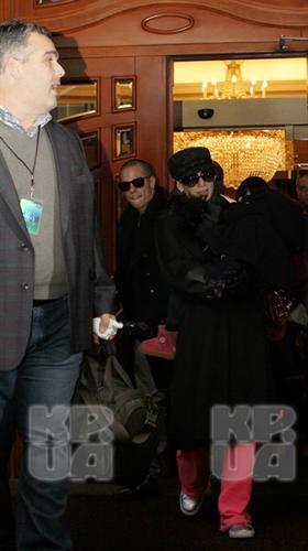 Дженнифер Лопес с дочкой Эммой в сопровождении бойфренда Каспера Смарта выходит из