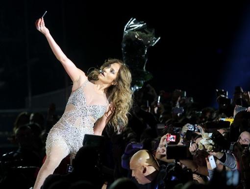 Дженнифер Лопес взяла телефон у зрителей, чтобы сфотографироваться на их фоне. Фото Павла ДАЦКОВСКОГО.