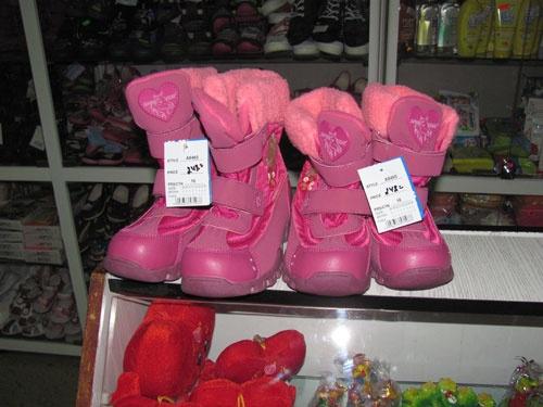 Цена украденных детских сапог 500 гривен. Фото ЦОС ГУ МВД в Сумской области