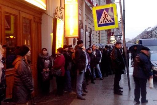 Сотни людей ждали своей очереди у входа. Фото: ХАНОВ Тимур