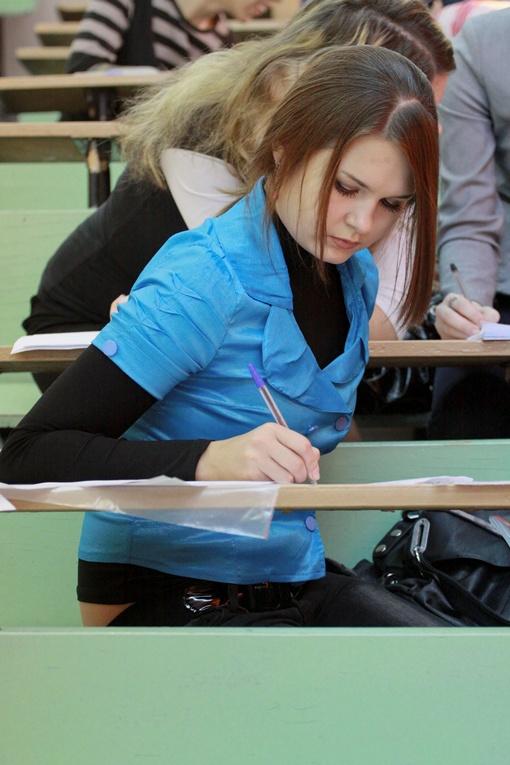 Главная цель молодежи, штурмующей центры довузовской подготовки - поднатореть в тестировании. Фото из архива КП