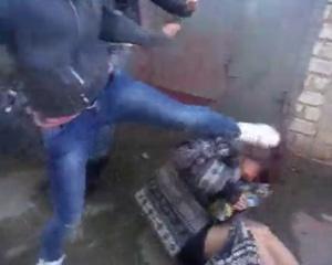 Поражает жестокость, с которой девушки бьют сверстницу Фото: кадр видео