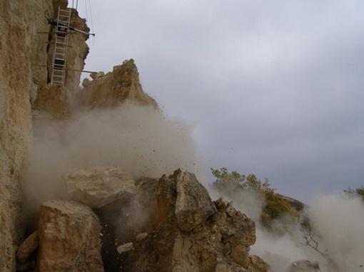 Часть скалы на мысе обрушили. Фото: пресс-служба МЧС Севастополя.