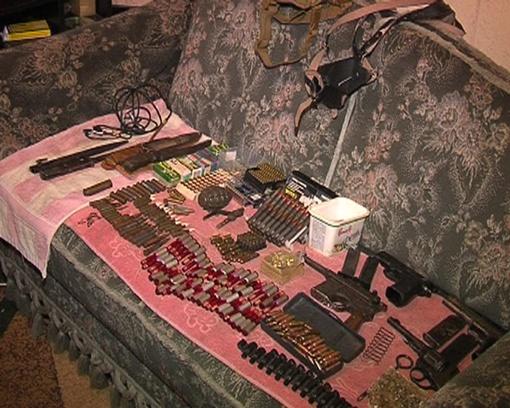 Правоохранители нашли целый арсенал оружия. Фото с сайта ТСН.